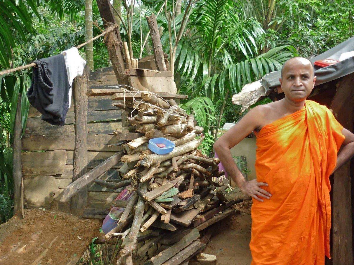 So engagiert sieht ein Mönch aus, der einer verzweifelten Familie helfen und uns davon überzeugen will, hier zu helfen…