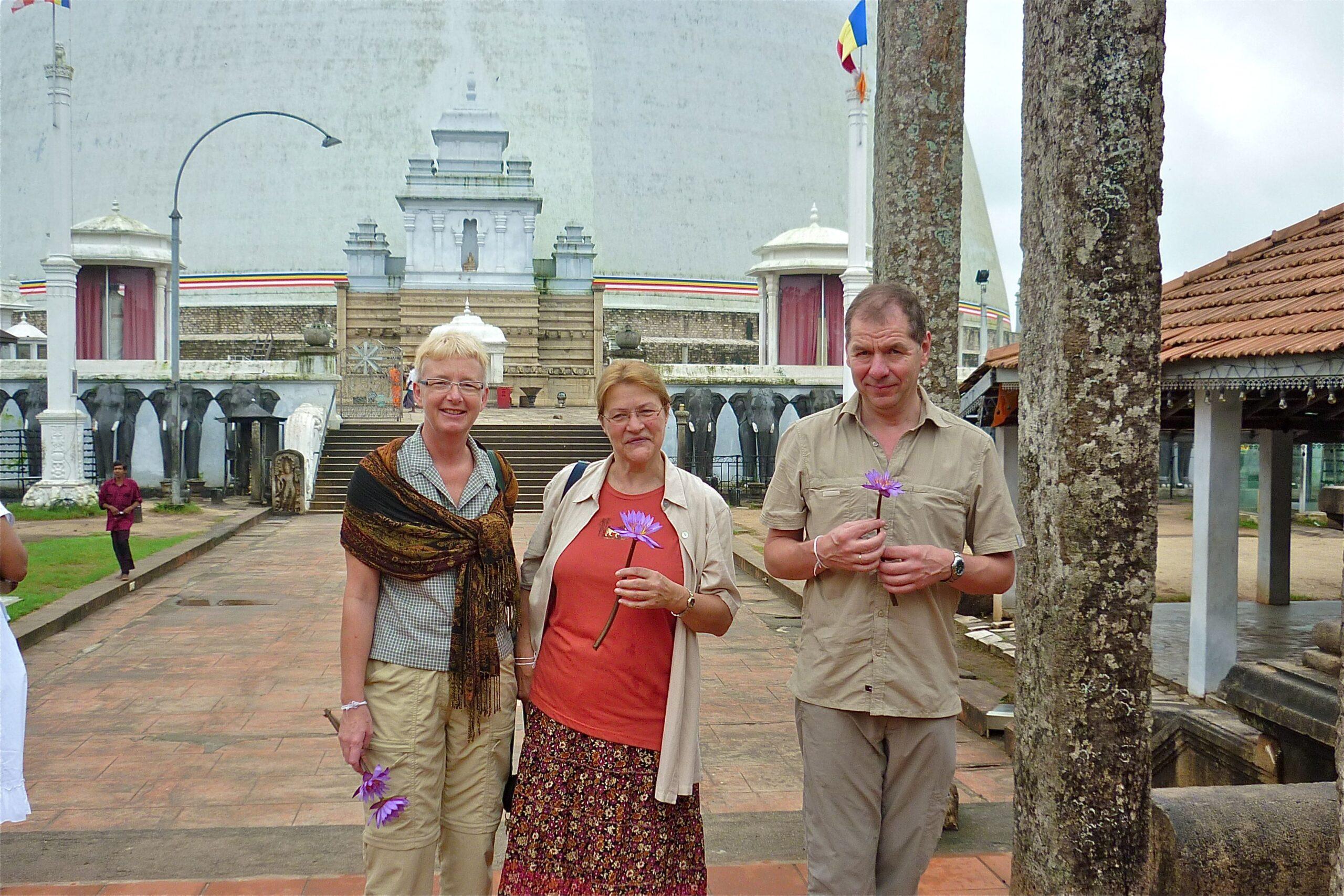 Mit Lilli Erett erkunden wir erstmals Anuradhapura, die heilige Stadt mit dem heiligen Jaya Sri Maha Bodhi-Baum.