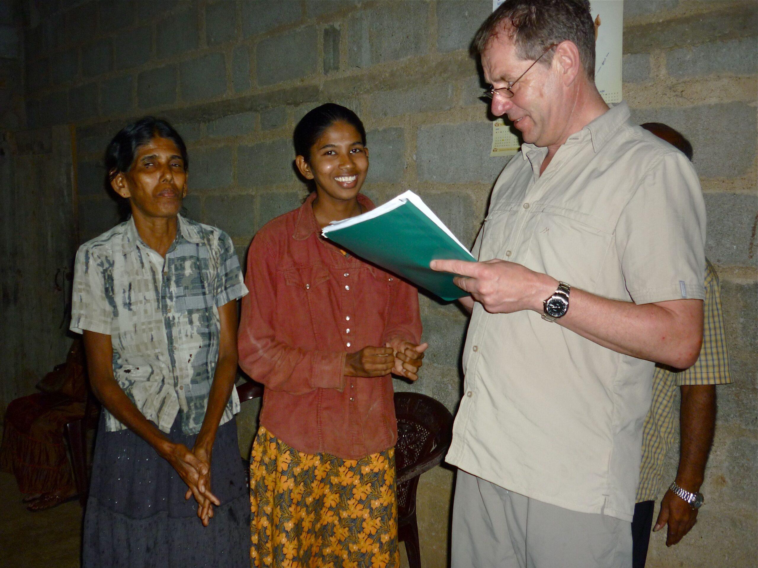 Zurück nach 3 Jahren bei der von uns geförderten Familie in Kurunegala. Eine stolze Mutter und ihre Tochter zeigen ihre Schulresultate.