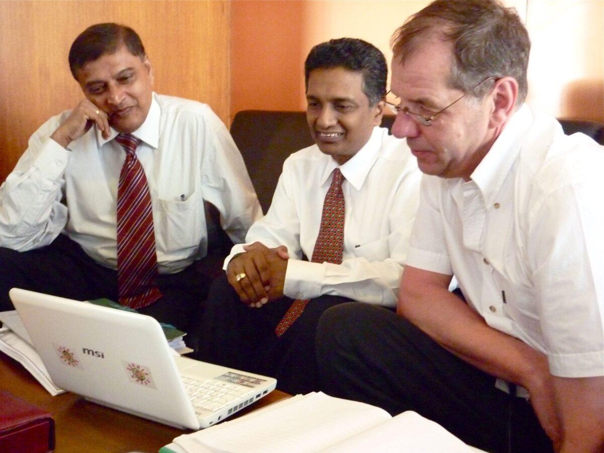 Wir besprechen mit Jagath Sumanipala, dem Präsidenten von ACBC und Sarath Kuragama dem neuen Chairman aller Kinderheime die Idee eines Ausbildungszentrums für Waisenmädchen.