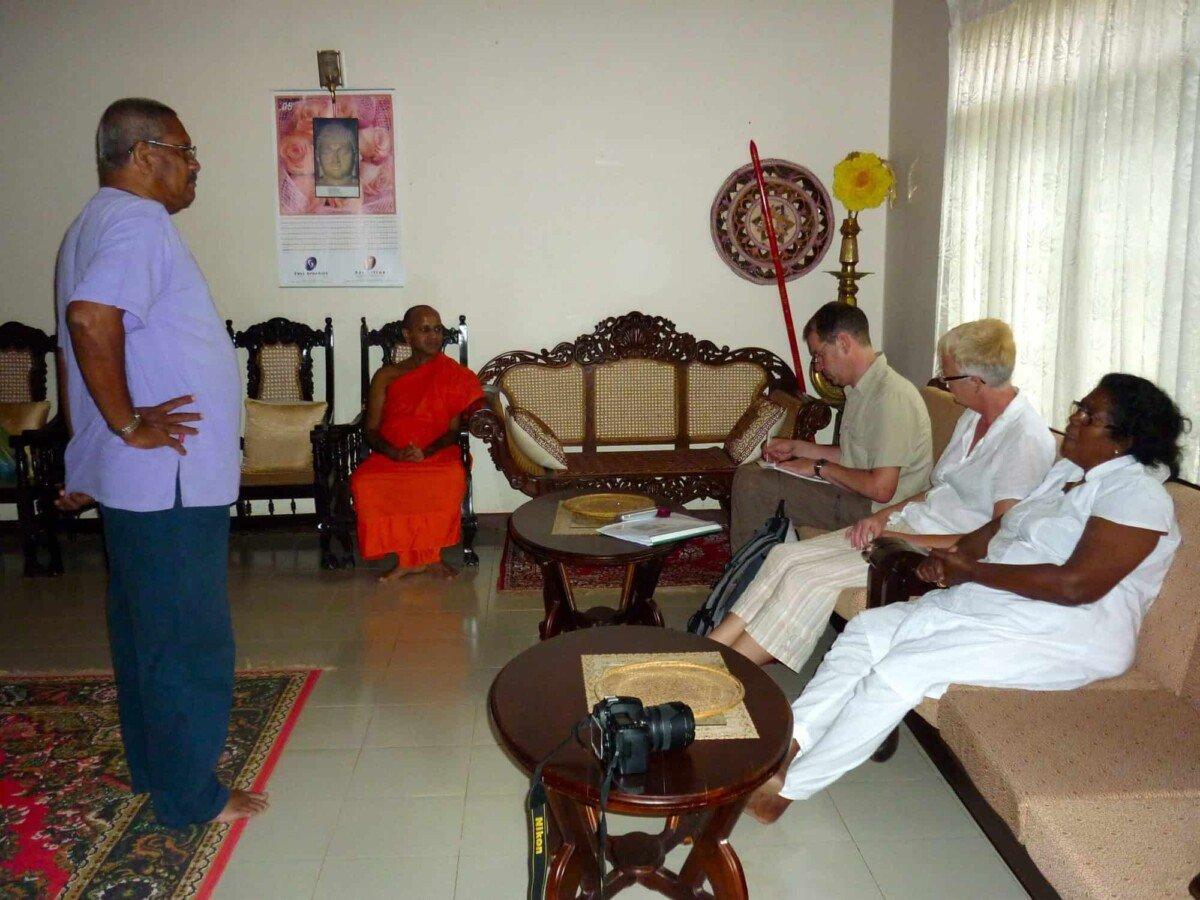 Zurück in Kotapola bei Dr. Kirinde Ananda Terra mit Nandani und Dooland bei unseren Patenkindern dort. Aber zuvor Ablaufbesprechung im Empfangssaal.