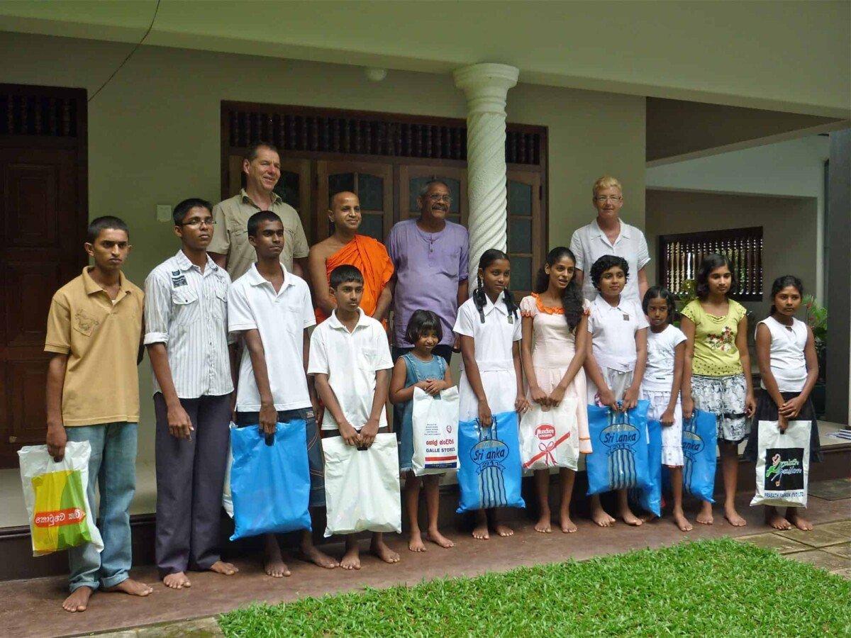 Am Schluss das obligatorische Gruppenbild mit allen 11 Patenkindern aus der abgelegenen Region von Kotapola. Es sollten noch viele mehr werden.